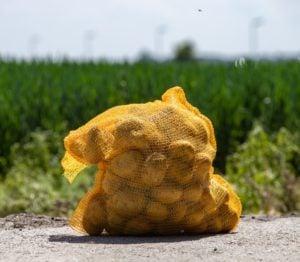 zak met verse aardappelen